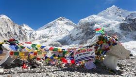 Den Mount Everest basläger med rader av den buddistiska bönen sjunker Arkivfoton