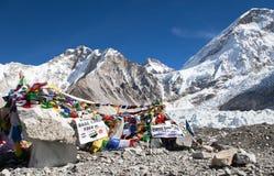 Den Mount Everest basläger med rader av den buddistiska bönen sjunker Royaltyfri Bild