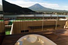 Den Mount Fuji sikten från privat onsen badet badar på ett hotell i sjön Kawaguchiko Yamanashi, Japan Fotografering för Bildbyråer
