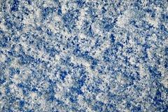 Den mousserande vita snön på blåtten Arkivbild