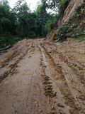 Den Muddy Dirt vägen av stigande klättring är barriären gjorda problem av loppet Fotografering för Bildbyråer