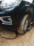 Den Muddy Dirt vägen av stigande klättring är barriären gjorda problem av loppet Arkivfoton