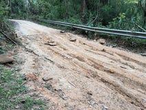 Den Muddy Dirt vägen av stigande klättring är barriären gjorda problem av loppet Royaltyfria Bilder