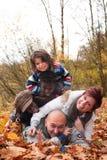 Den Mukltiracial familjen har gyckel Royaltyfri Fotografi
