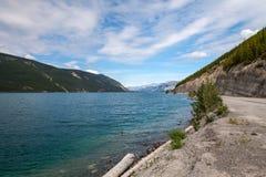Den Muncho sjön brittiska Columbia Kanada denna mycket stora djupblå sjö är bekant för dess stora fiske såväl som dess skönhet Royaltyfri Fotografi