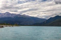 Den Muncho sjön brittiska Columbia Kanada denna mycket stora djupblå sjö är bekant för dess stora fiske såväl som dess skönhet Royaltyfri Foto
