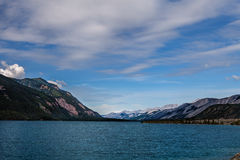Den Muncho sjön brittiska Columbia Kanada denna mycket stora djupblå sjö är bekant för dess stora fiske såväl som dess skönhet Fotografering för Bildbyråer