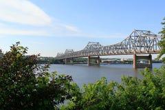 Den Murry bagaren Bridge glöder på solnedgången över den Illinois floden royaltyfri foto