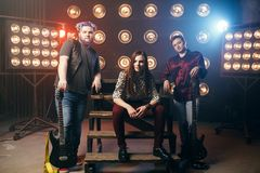 Den musikaliska gruppen poserar på etappen i nattklubb Royaltyfri Fotografi