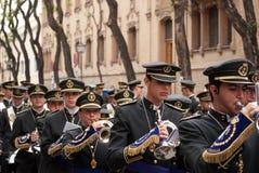 Den musikaliska musikbandet kommer före processionen av den heliga veckan, Seville, 16-004-2017 Royaltyfria Bilder