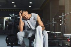 Den muskulösa kroppsbyggaren vilar efter deadlifts på idrottshallen fotografering för bildbyråer