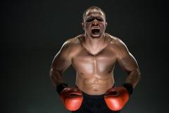 Den muskulösa mannen som skriker och, vrålar arkivbild