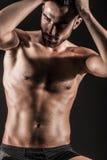 Den muskulösa unga sexiga nakna gulliga mannen Royaltyfria Bilder