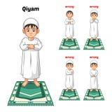 Den muslimska bönpositionshandboken utför stegvis av pojken som står och förlägger båda händer med fel position Arkivfoton