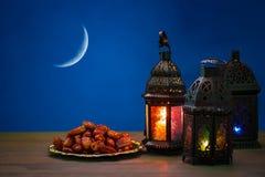 Den muslimska festmåltiden av den heliga månaden av Ramadan Kareem Härlig bakgrund med en glänsande lykta Fanus royaltyfri foto