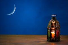 Den muslimska festmåltiden av den heliga månaden av Ramadan Kareem Härlig bakgrund med en glänsande lykta Fanus arkivfoto