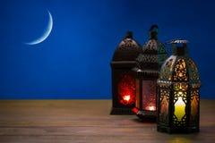 Den muslimska festmåltiden av den heliga månaden av Ramadan Kareem Härlig bakgrund med en glänsande lykta Fanus Arkivbilder