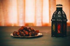 Den muslimska festmåltiden av den heliga månaden av Ramadan Kareem Härlig bakgrund med en glänsande lykta Fanus arkivbild
