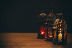 Den muslimska festmåltiden av den heliga månaden av Ramadan Kareem Härlig bakgrund med en glänsande lykta Fanus royaltyfria foton