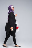 Den muslimska kvinnan går att shoppa Royaltyfri Foto