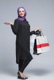 Den muslimska kvinnan går att shoppa arkivfoto