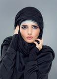 Den muslimska kvinnan går att shoppa Royaltyfria Bilder