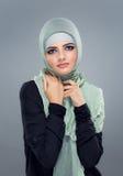 Den muslimska kvinnan går att shoppa Arkivbilder