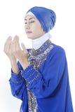 Den muslimska kvinnan med ber gest Arkivbilder
