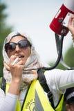 Den muslimska kvinnan med megafonen på räknare-demonstrationen av tryckgruppen förenar mot fascism i Whitehall, London, UK Arkivfoton