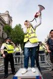 Den muslimska kvinnan med megafonen på räknare-demonstrationen av tryckgruppen förenar mot fascism i Whitehall, London, UK Royaltyfria Bilder