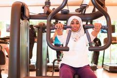 Den muslimska kvinnan utbildar i idrottshall Royaltyfri Fotografi