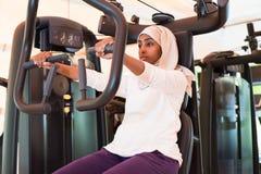 Den muslimska kvinnan utbildar i idrottshall Arkivfoto
