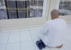 Den muslimska mannen ber att vända mot Kaabahen i Makkah, Saudiarabien Royaltyfri Fotografi
