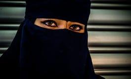 Den muslimska modellen med svart skyler och svärtar klänningen Royaltyfri Bild