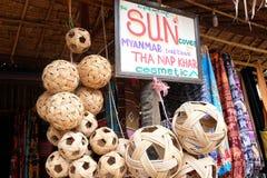 Den Myanmar försäljaren shoppar med diverse bambubollar och annan Royaltyfria Foton