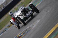 Den mycket gamla tävlings- bilen på chicane Royaltyfri Bild