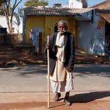 Den mycket gammala asiatiska manen går gatan Royaltyfri Foto
