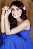Den mycket gulliga sinnliga härliga flickabrunetten som ler i blått, klär Royaltyfri Bild
