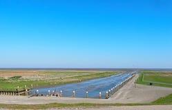 Den mycket lilla tidvattens- havshamnen av Noordpolderzijl på Waddenen Arkivbild