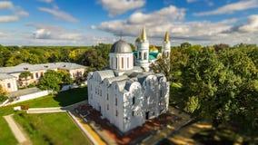 Den mycket lilla vitkyrkan i gräsplan parkerar med lutandeförskjutningseffekt St Boris och Hlib kyrkliga Ukraina/Chernihiv lager videofilmer