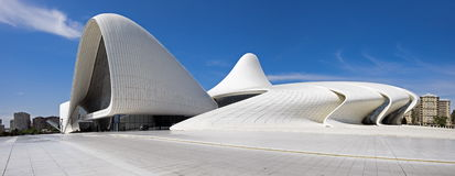 Den mycket stora panoramautsikten av Haydar Aliyev Centre planlade vid ar Royaltyfri Fotografi