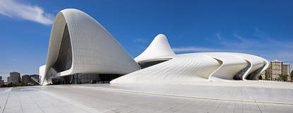 Den mycket stora panoramautsikten av Haydar Aliyev Centre planlade vid ar Arkivbild