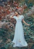 Den mystiska damen bara i färgrik felik skog och att dansa med hennes ögon stängde sig och att lyfta hennes hand till hennes kind arkivfoto