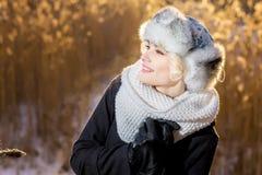 Den mystiska flickan i en vinterafton parkerar blick på himlen Royaltyfri Fotografi