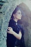 Den mystiska kvinnan i mörker skyler nederlag i grottan royaltyfria bilder