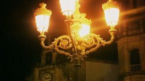Den mystiska spökade kungliga slotten tände vid gula gatalampor på natten, historia arkivfilmer