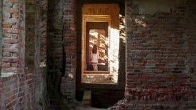 Den mystiska unga flickan i vit försvinner i en gammal förstörd slott lager videofilmer