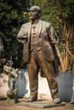 Den nära ärliga sikten av ett slitet brutet brons statyn av Lenin i en stad parkerar i Tirana Albanien arkivfoto