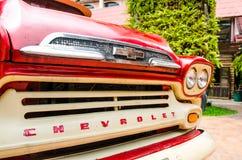 Den nära ärliga sikten av den röda klassiska Chevrolet apache pickupet för parkerar garnering på förbudsmällen Khen Royaltyfria Bilder