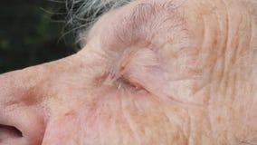 Den nära övre framsidan av den ledsna gamla kvinnan med djupa skrynklor gråter Stående av den olyckliga farmodern Riktigt ärligt  arkivfilmer